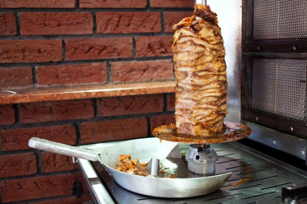 Жареное на улице. Шаурма, пирожки в масле, уличные гамбургеры мало того, что жирные и тяжело перевариваются, так еще и условия приготовления их вызывают сомнения. А в жару очень легко отравиться.