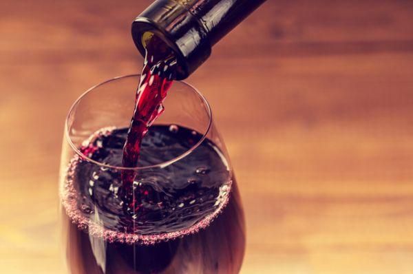 Алкоголь. Способствует обезвоживанию, сужает сосуды, нарушая естественный теплообмен организма.