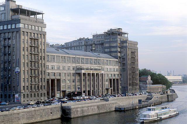 В период с 1927 по 1931 г. Борис Иофан проектирует и руководит строительством жилого комплекса на ул. Серафимовича, так называемого Дома на набережной.