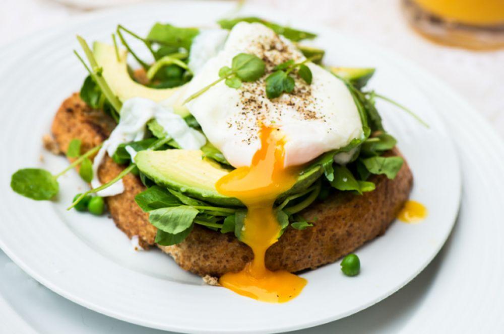 Сырые яйца. И блюда из сырых яиц, такие как тирамису. В жару особенно быстро размножается сальмонелла. Поэтому можно есть только отварные или хорошо прожаренные яйца.