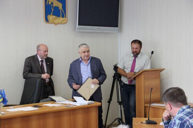 Олег Колесников вручает генеральному директору АО «ММЗ» Благодарственное письмо.