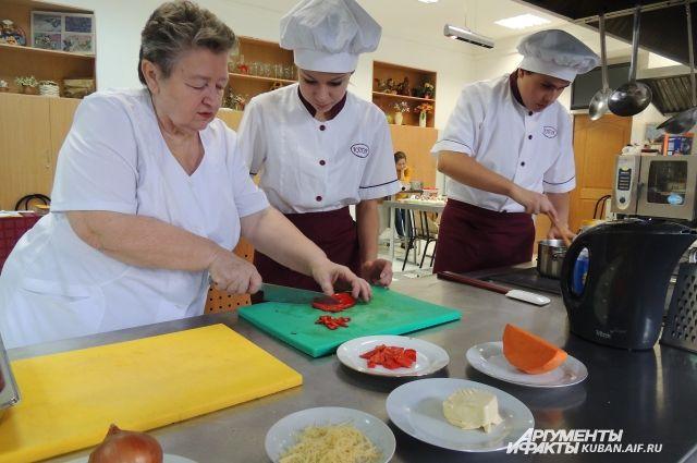 Опытный повар наглядно покажет, как приготовить блюда любой сложности.