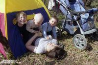 После травмы нужно успокоить малыша и оказать ему первую помощь.