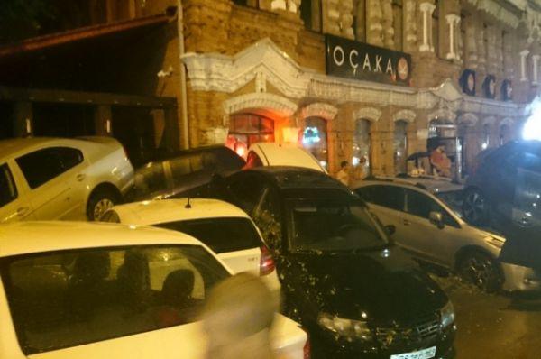 Баррикада из транспорта заблокировала вход в кафе «Осака». Посетителей пришлось эвакуировать через второй этаж.