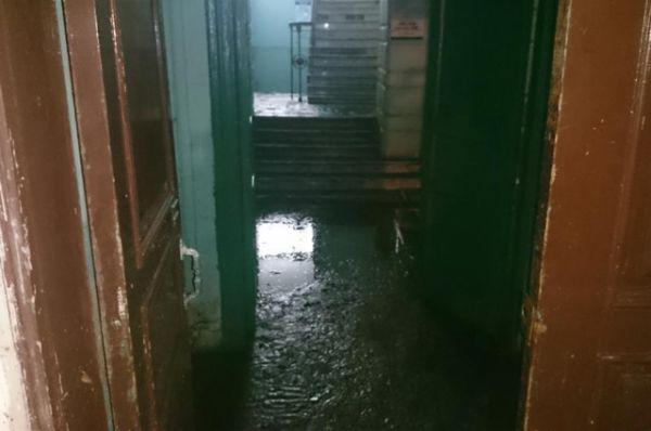 Уровень воды доходил в некоторых низинах до 1,5 метра. Затопило подземные переходы, подъезды домов,  полуподвальные помещения.