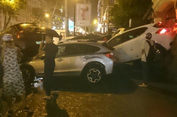 На Будённовском из пострадавших от стихии автомобилей образорвалось множество пробок.