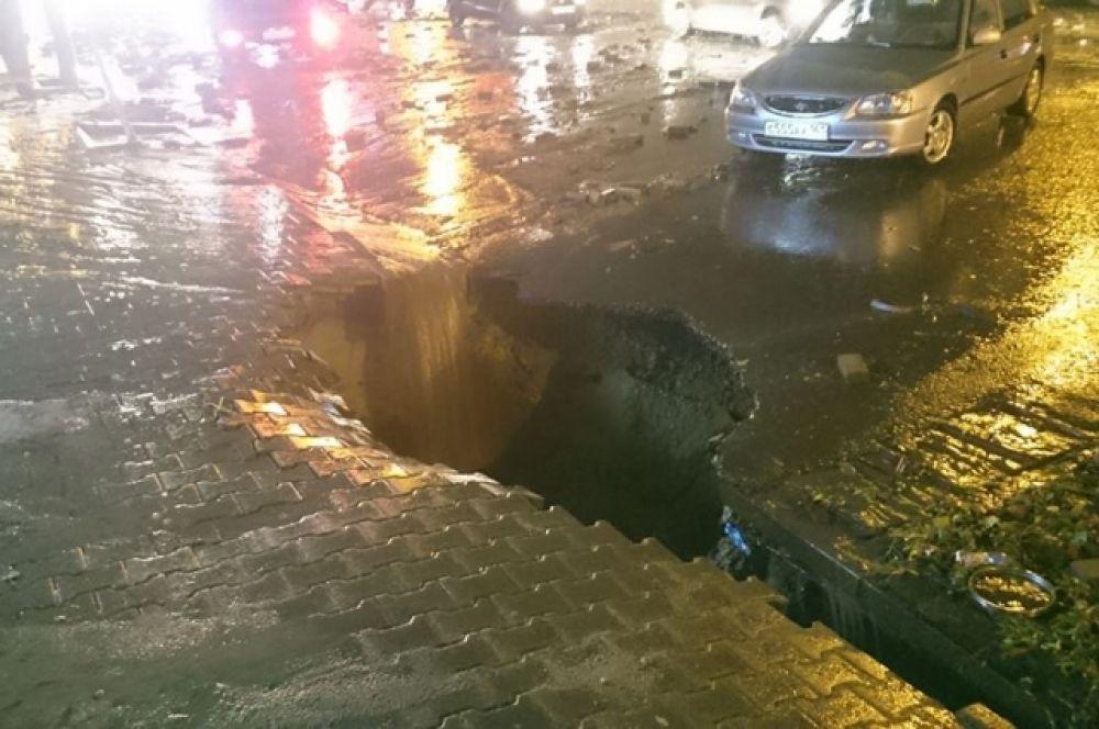 В такие ямы проваливались машины и люди. Сейчас выясняется число жертв и пострадавших от природного катаклизма.