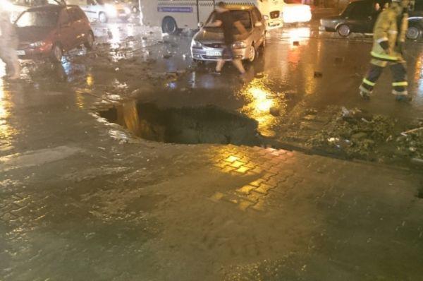 На проспекте Будённовском в нескольких местах размыло дорогу и даже образовались глубокие провалы.