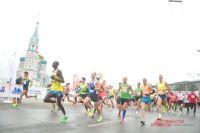 В Омске на марафоне состязаются бегуны из разных стран.