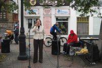 Мария Шалинцева поет на пешеходной Кировке в Челябинске.
