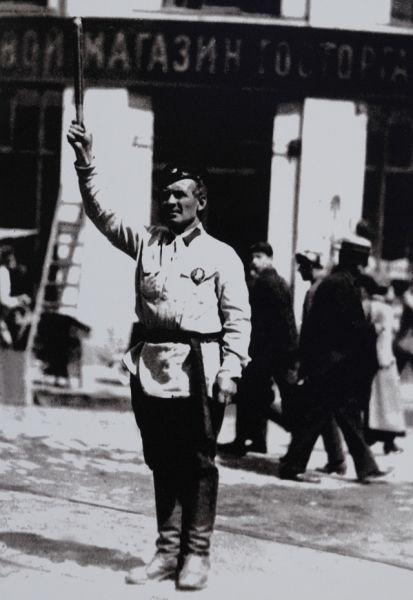 Постовой милиционер регулирует уличное движение в Москве 1926 г. Кстати, в 1925 году инспектора сели за руль… велосипедов! В Москве для упорядочения движения на улицах были выделены «самокатчики» – 50 милиционеров на велосипедах.