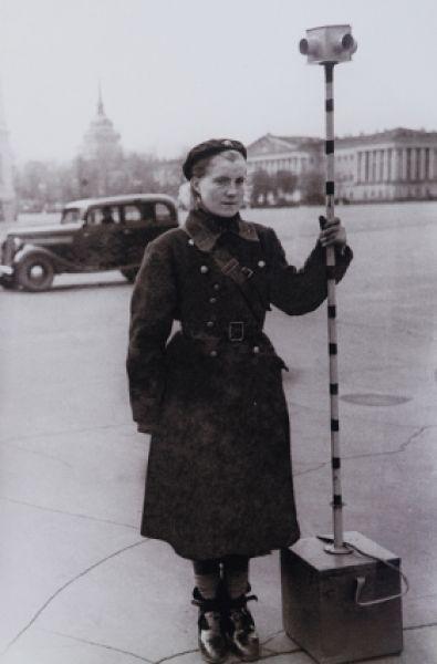 Милиционер-регулировщик с аккумуляторным светофором (1943 г.) Его особенность в том, что свет направлен четко прямо — это помогало во время войны при маскировке.