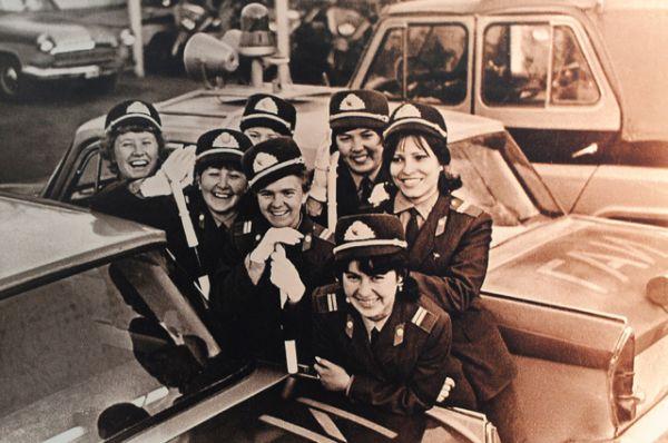 Группа женщин-инспекторов дорожно-патрульной службы ГАИ 1970-е годы. Тогда было много дам с жезлами на дороге. Сейчас, говорят профессионалы, девушки опять возвращаются в профессию.
