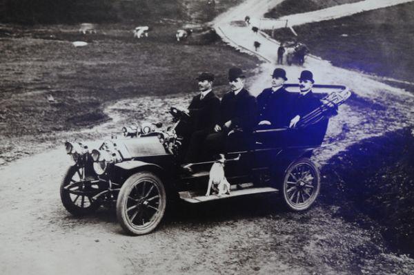Первый автомобиль в Перми появился в Перми в конце сентября 1900 г. Это авто нещадно грохотало, ошеломляя пермяков. Один из них - солдат-инвалид, служащий Сибирской заставы - так испугался, что не успел вовремя поднять шлагбаум. Шофера сбило, а машина проехала целый квартал и влетела в ворота трактира. В 1909 г. городская управа установила предельный лимит скорости передвижения — 12 км/час.