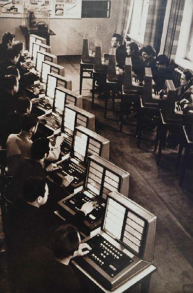 Экзаменационный комплекс ГАИ «Вятка-20» (1974 г.) Можно сказать, — первые компьютеры для желающих получить права. Тогда теорию сдавали на них.