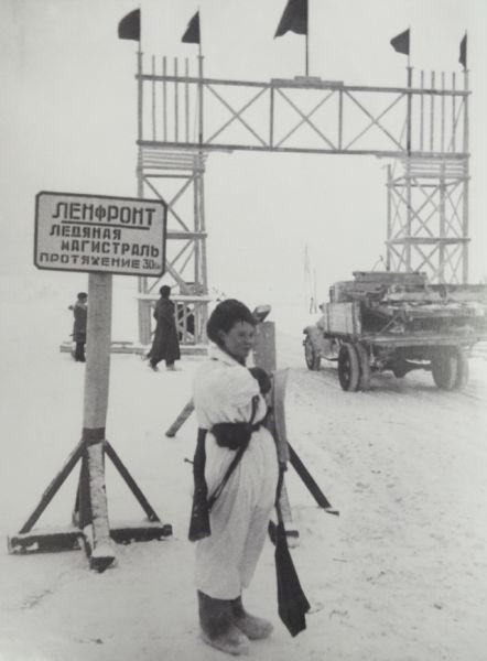 Знаменитую Дорогу жизни в блокадном Ленинграде под бомбежками обслуживали 350 регулировщиц на 75 регулировочных постах.