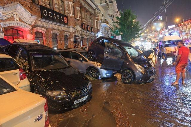 Нагромождение машин на проспекте Будённовский в Ростове-на-Дону после аномального ливня 30 июня.