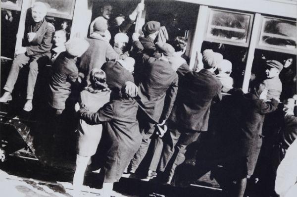 Посадка в вагон трамвая в Москве (конец 1920-х г). Все Правила дорожного движения в 1936 г. были очень простые: «Все уличное движение обязано придерживаться следующего порядка: пешеходы уступают дорогу ручной повозке, повозка – извозчику, извозчик – автомашине, а автомашина общего назначения – всем машинам специального назначения и автобусу».