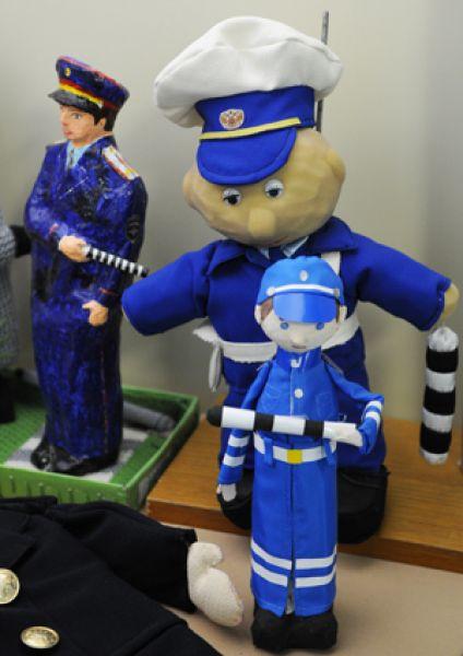 Так школьники видят сотрудников ГИБДД сегодня: этих инспекторов дети сделали своими руками.