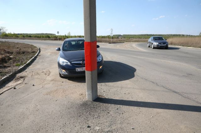 Несколько автомобилей врезались в столб на дороге.