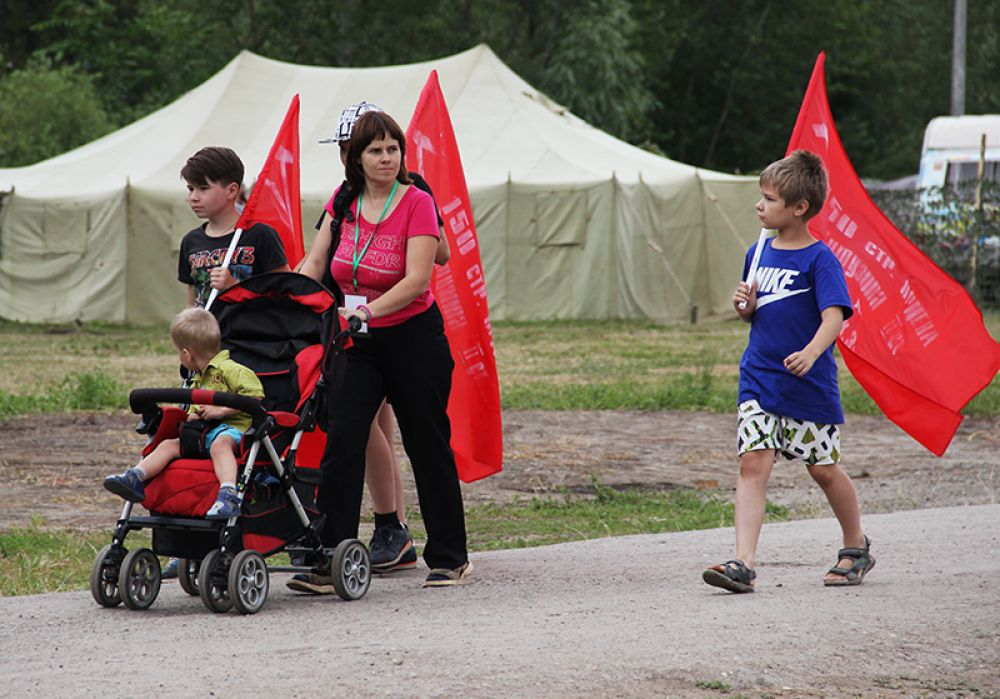 В условленном месте волонтёры раздавали народу красные знамёна.