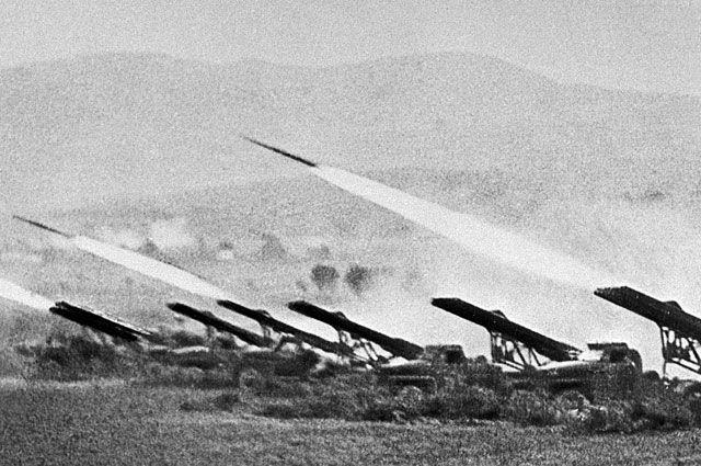 Реактивные установки залпового огня («Катюши») наносят удар по врагу во время Сталинградской битвы в октябре 1942 года.