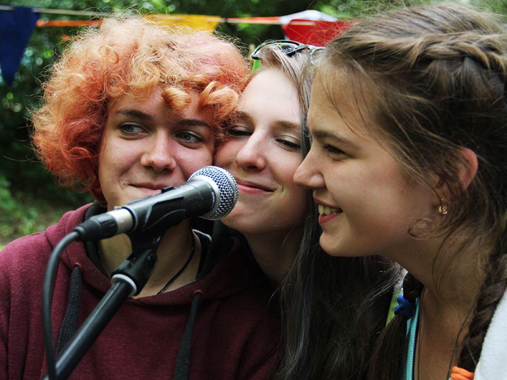 Девочки из Тольятти знакомятся с микрофоном.