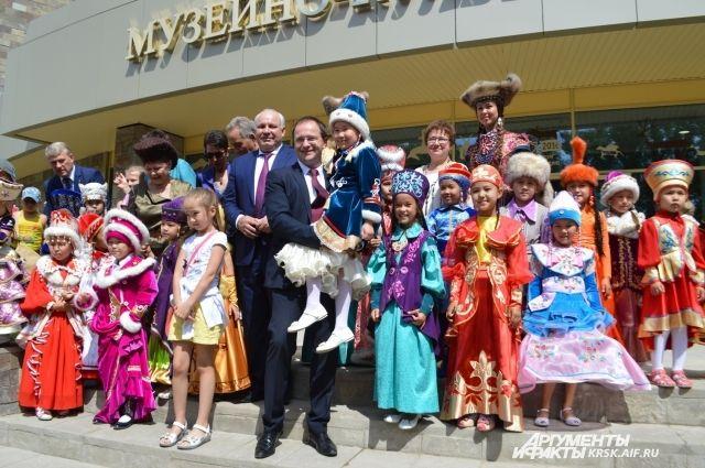Министр культуры России Владимир  Мединский не смог удержаться от обаяния юных жителей Хакасии.