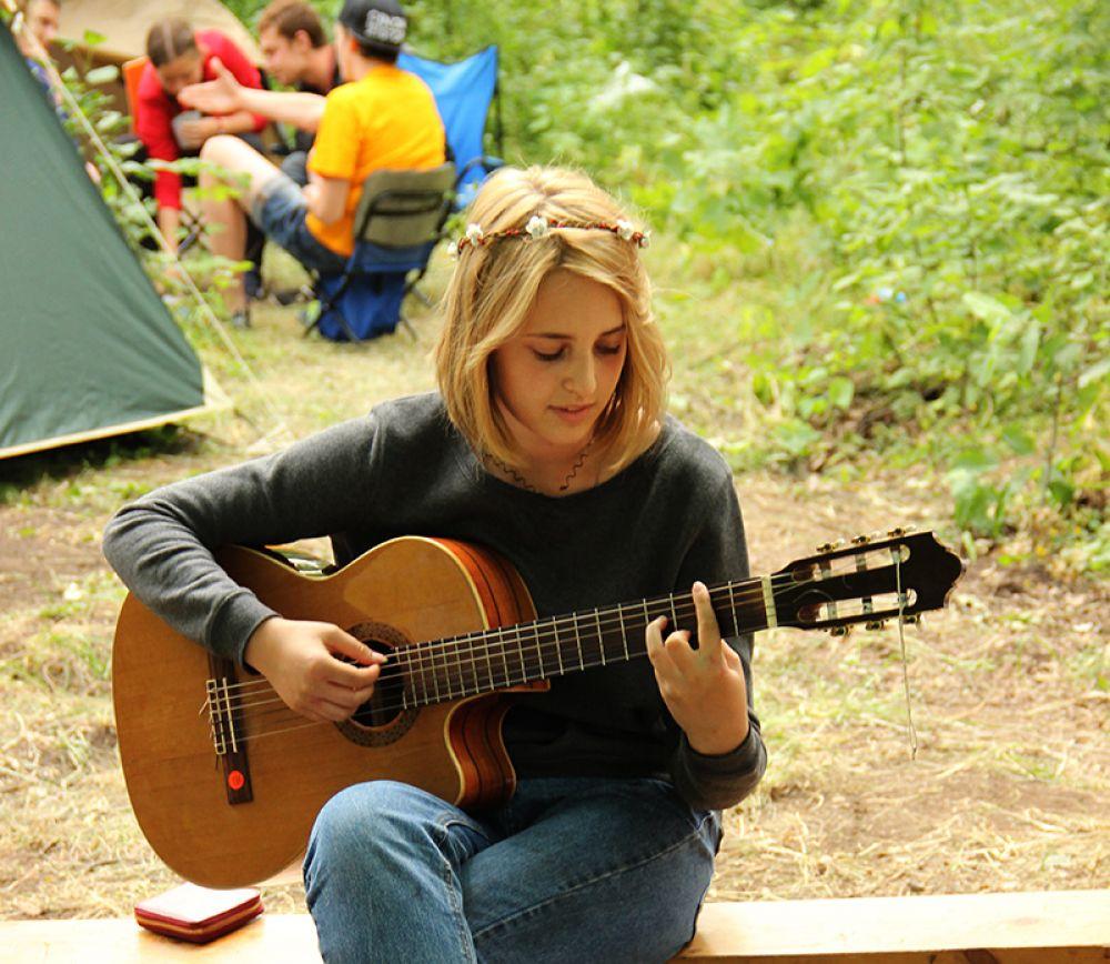 Но главным инструментом фестиваля оставалась именно гитара.