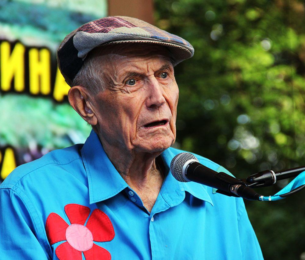 На одной из эстрад долго рассказывал о своей жизни поэт Евгений Евтушенко.