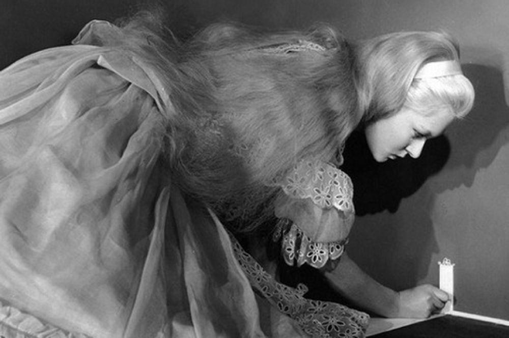 «Алиса в Стране чудес» 1933 года — американский чёрно-белый детский фильм. Сюжет фильма почти полностью соответствует сюжету сказок «Алиса в Стране чудес» и «Алиса в Зазеркалье».