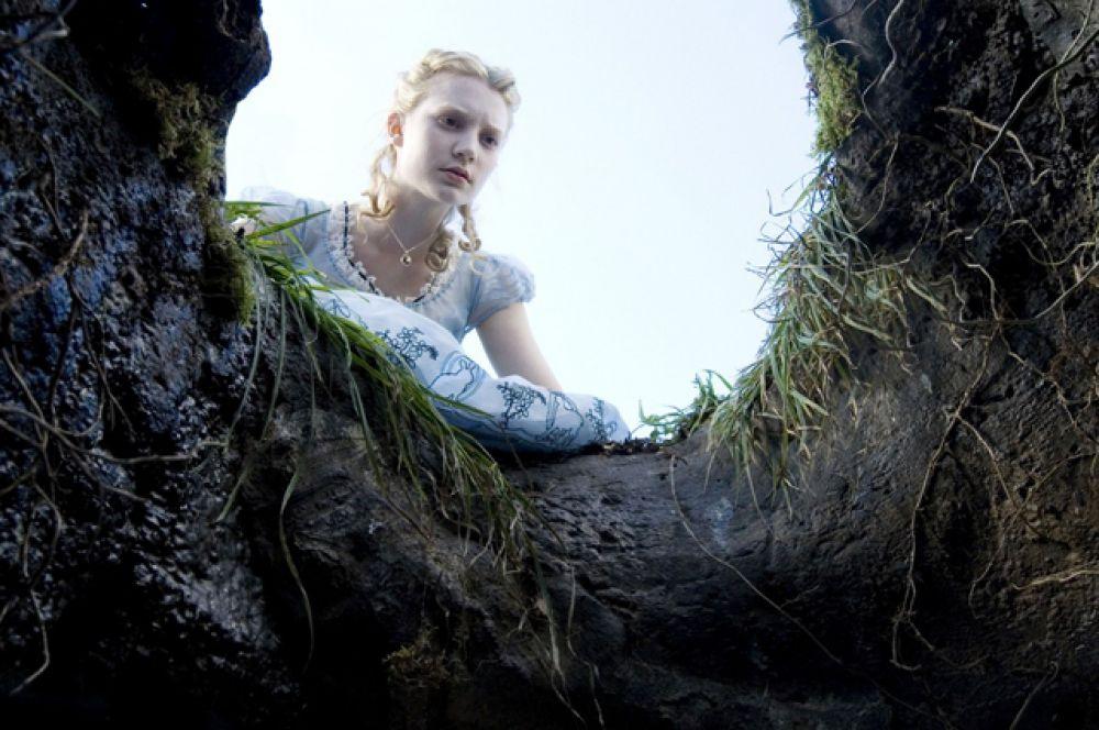 В 2010-м на экраны вышла «Алиса» Тима Бёртона. В этом фильме Алисе уже 19 лет. Случайным образом она возвращается в Страну чудес, где она была 13 лет назад.
