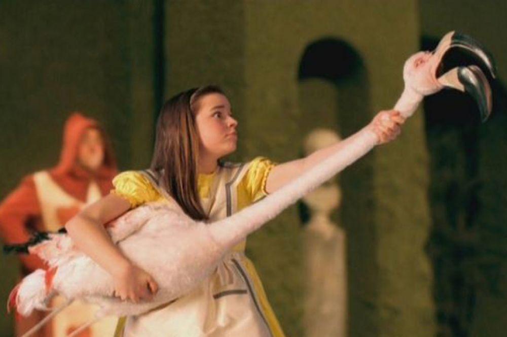«Алиса в Стране чудес» 1999 года — телевизионная экранизация знаменитых сказок режиссёра Ника Уиллинга. Фильм получил 4 премии Эмми за дизайн костюмов, грим, музыку и визуальные эффекты.