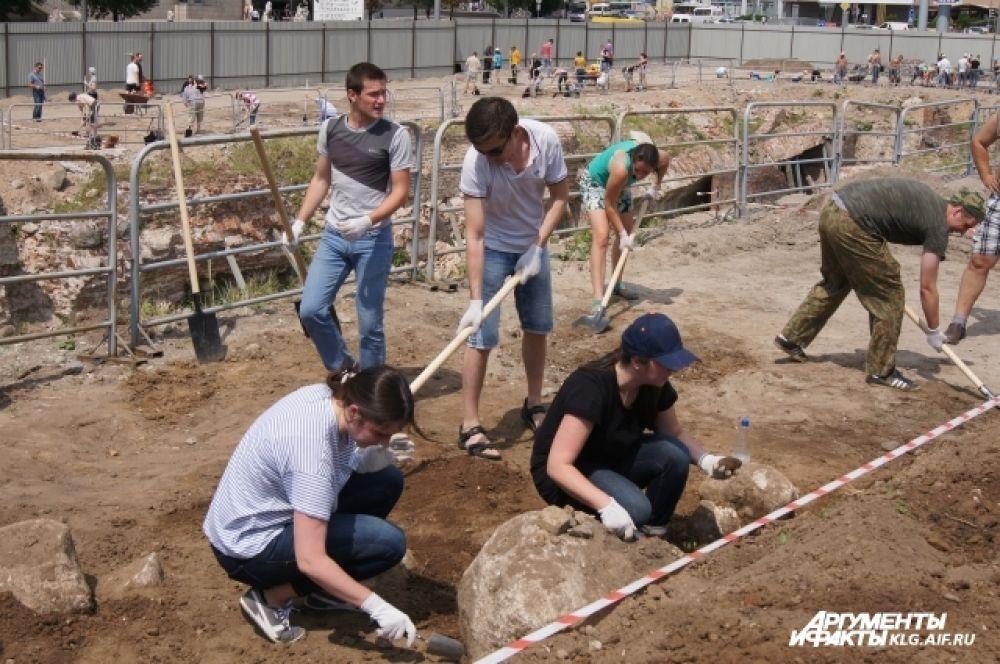 В археологическом субботнике в Калининграде приняли участие около 400 человек.