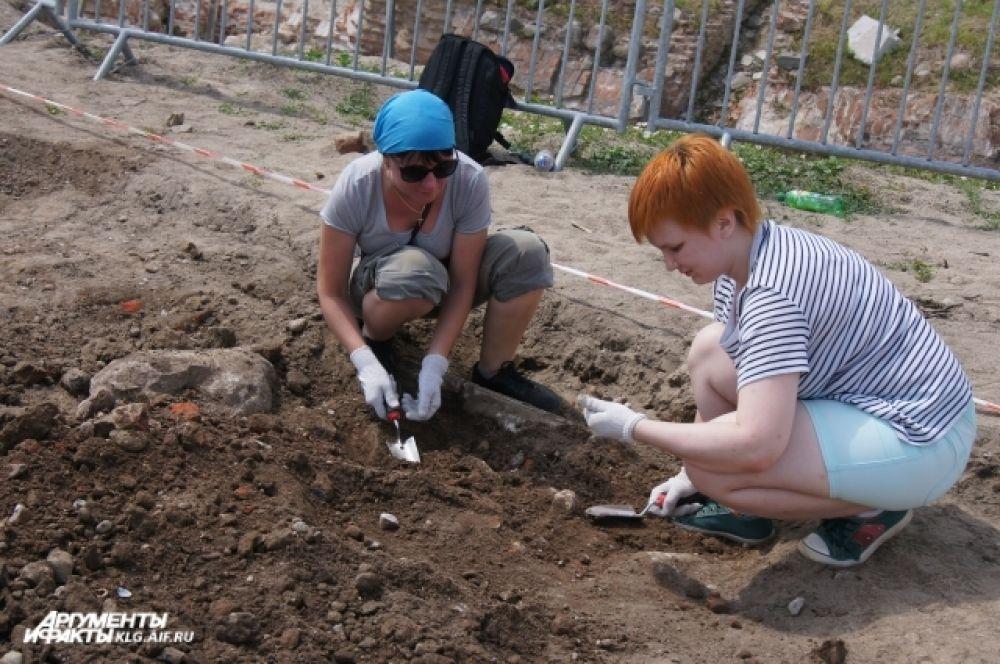 Профессиональные археологи провели инструктаж по технике безопасности и рассказали о базовых методиках археологических раскопок.