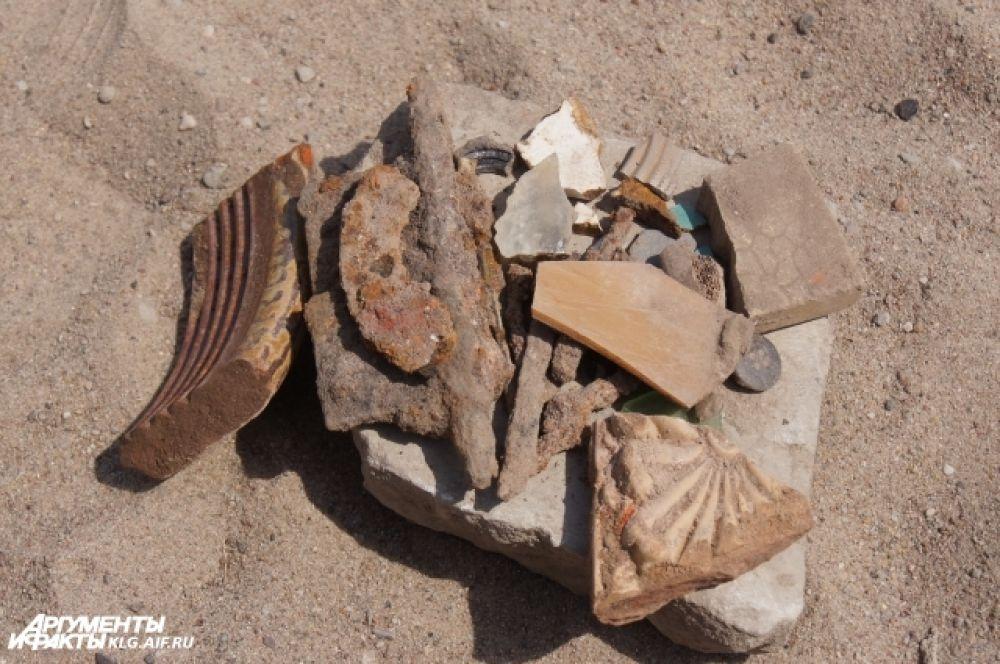 Во время субботника были найдены небольшие фрагменты отделочных элементов фасада замка, предметы быта — металлические остатки ложек и вилок, кости.
