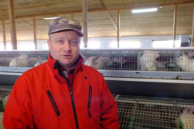 Фермер-кроликовод Константин Ротарь в своём хозяйстве в Тереньгульском районе.
