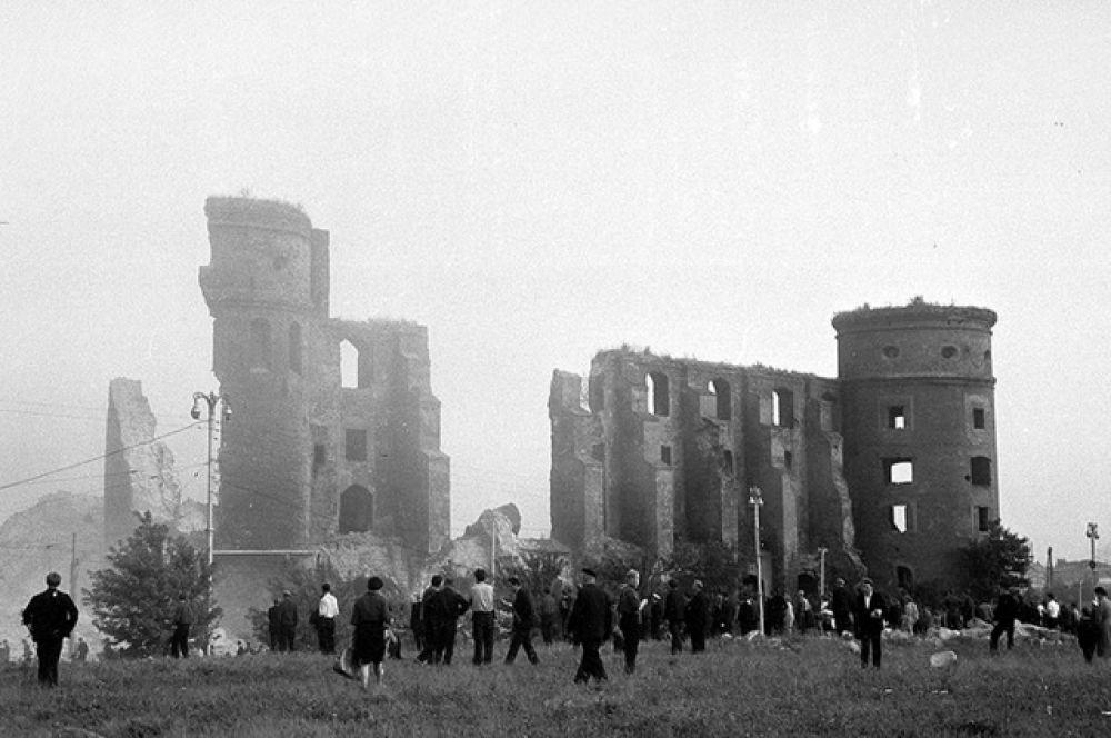 Королевский замок. До 1945 года в его стенах размещались различные управленческие и общественные учреждения города и Восточной Пруссии, находились музейные собрания и залы для торжественных приёмов. В конце войны замок горел (в августе 1944 во время налёта англо-американской авиации и в апреле 1945 при штурме Кёнигсберга), но главные башни и стены к 1956 году ещё сохранились.