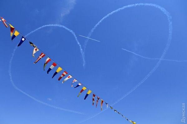 Летчики нарисовали сердце в одесском небе
