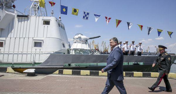 Служащие, как и положено, отдавали честь украинскому президенту