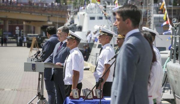 Президент Украины, Петр Порошенко говорит речь перед вручением медалей