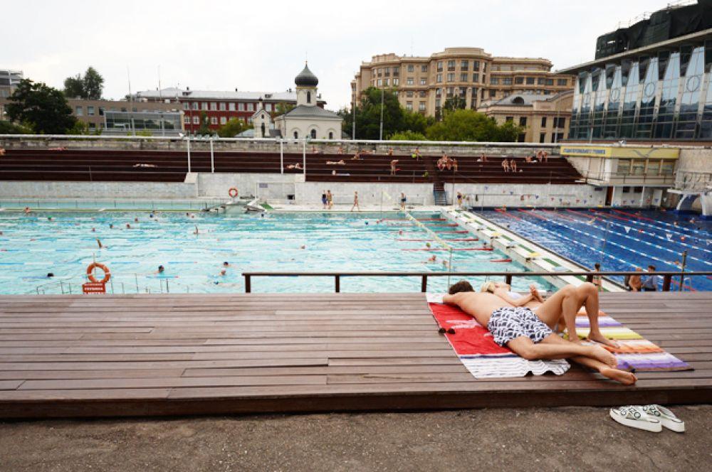Посетители открытого бассейна «Чайка».