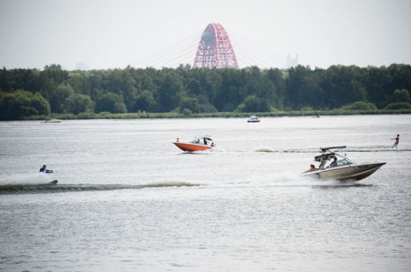 Москвичи отдыхают на пляже в Строгинской пойме.