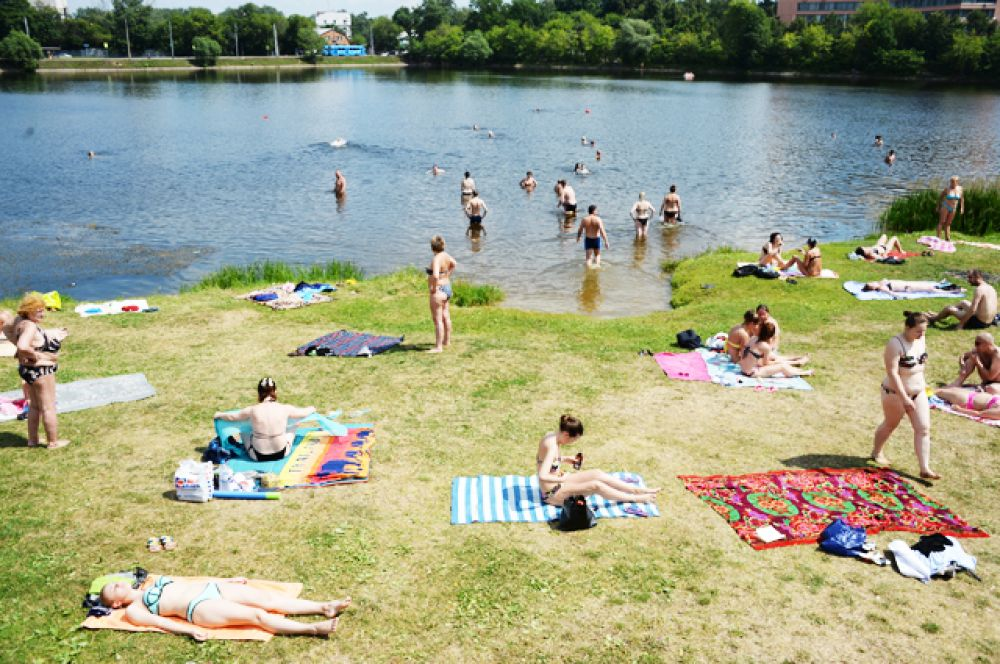 На пляже Большого Садового (Академического) пруда.