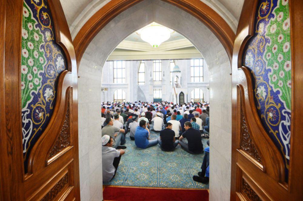 Мусульмане перед намазом в день праздника Ураза-байрам в мечети Кул Шариф в Казани.