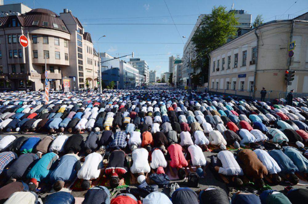 Мусульмане перед намазом в день праздника Ураза-байрам у Соборной мечети в Москве.
