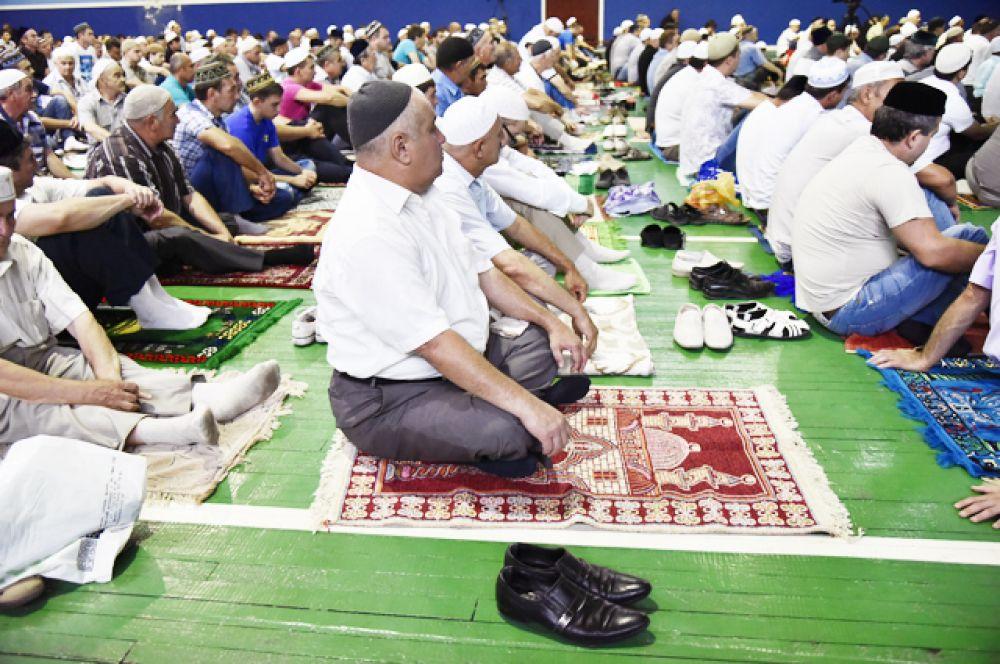 Мусульмане перед намазом в день праздника Ураза-байрам в зале Дворца культуры профсоюзов в Симферополе.