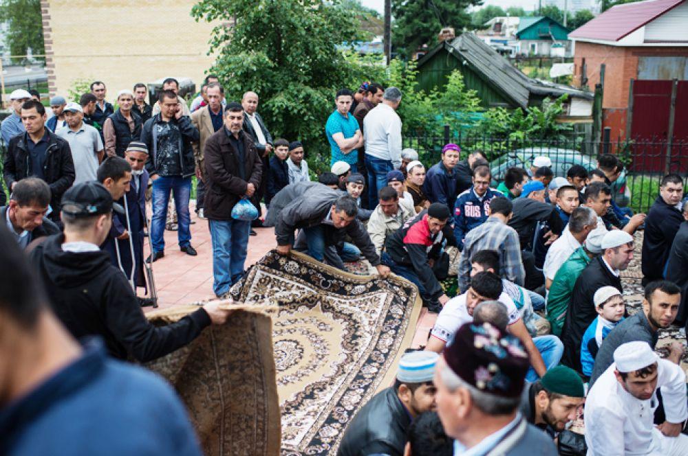 Мусульмане перед намазом в день праздника Ураза-байрам в Сибирской соборной мечети в Омске.