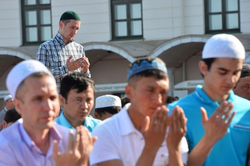 Мусульмане перед намазом в день праздника Ураза-байрам у мечети Кул Шариф в Казани.