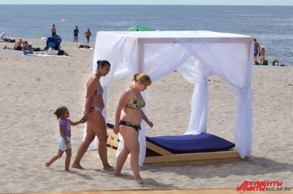 Лежак с балдахином пока не очень востребован у туристов. За его использование придется заплатить тысячу рублей.